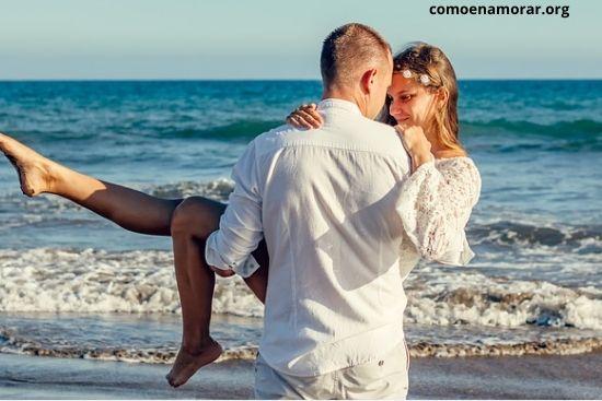 Cómo saber si una mujer casada se siente atraída por ti